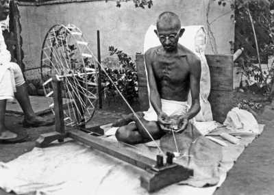 10000 ans d'économie - En Inde, Gandhi appelle au boycott du textile anglais