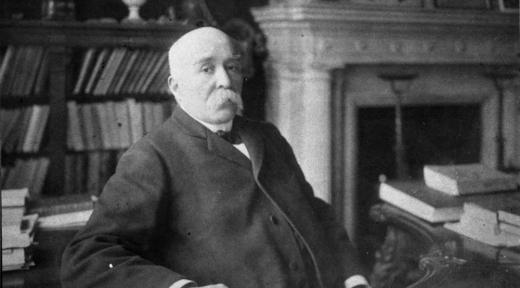 G. Clemenceau au bureau de son cabinet de travail, vers1906